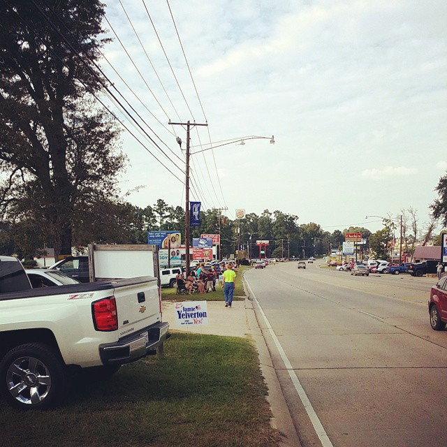 People lining up along hwy 171 for the Beauregard Parish Fair parade. DeRidder DeRidderFair Beauregard BeauregardParish BeauregardParishFair Fairgrounds